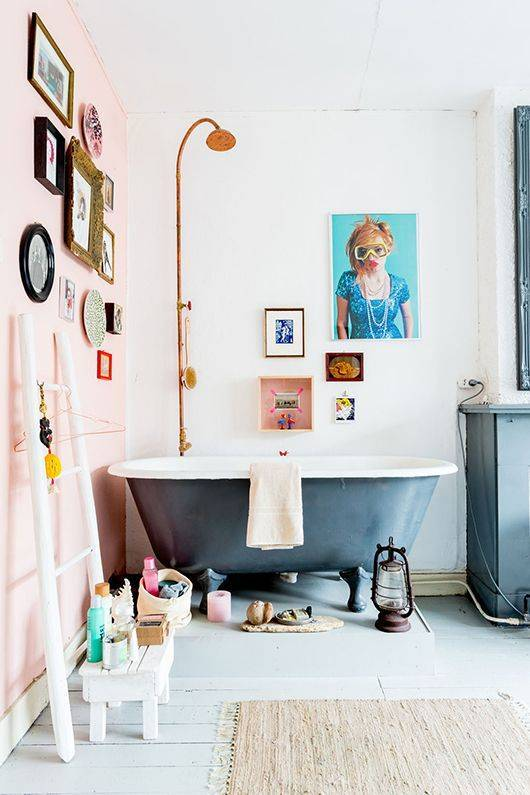 20-reasons-to-be-entirely-obsessed-with-pink-bathrooms-pink-bathroom-ideas-pink-bathroom-with-black-tub-5798dde281c866970ee81fd3-w620_h800