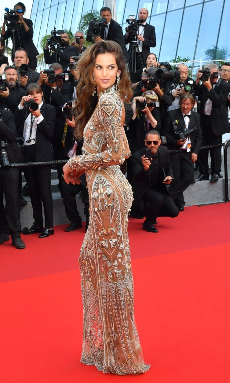 Brazilian model Izabel Goulart poses as she arrives on May 24, 2017 for the screening of the film 'The Beguiled' at the 70th edition of the Cannes Film Festival in Cannes, southern France. / AFP PHOTO / LOIC VENANCE