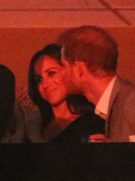 44E8D60200000578-4936500-Loved_up_Markle_is_pictured_clapping_and_smiles_as_her_boyfriend-m-120_1506835667312